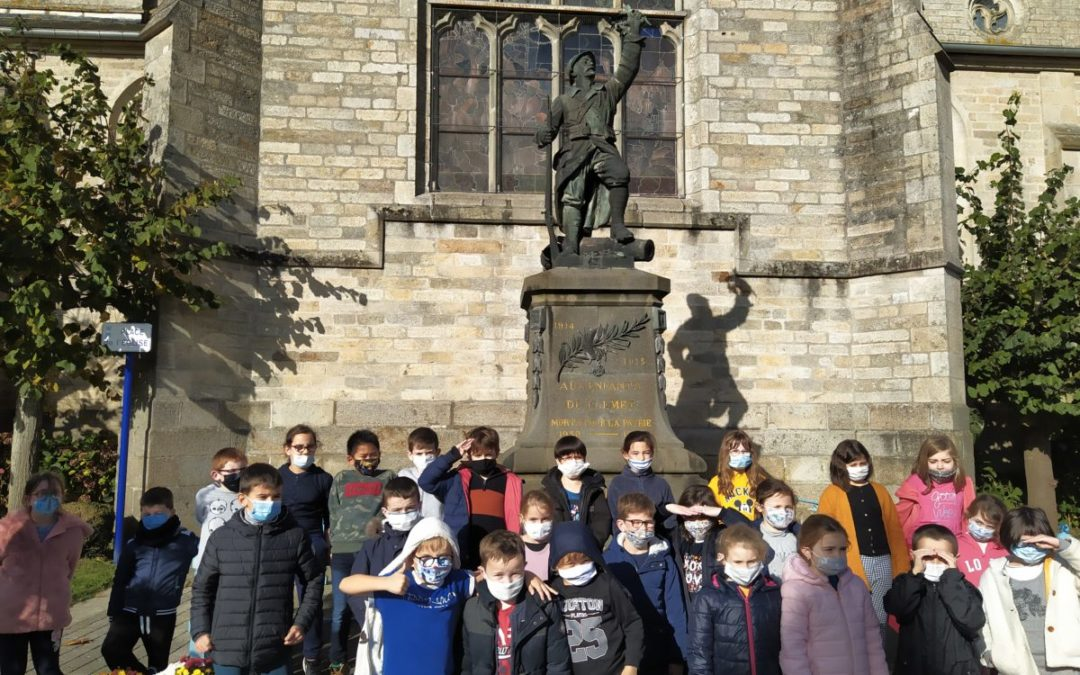 Commémoration du 11 Novembre: les Ce1-CM1 observent le monuments aux morts pour la France.